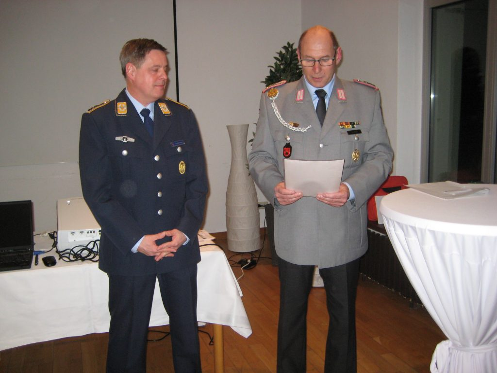 Kreisvorsitzender A. Höll (rechts) ehrte den FwRes A. Schönauer mit der bronzenen Ehrennadel der Kreisgruppe