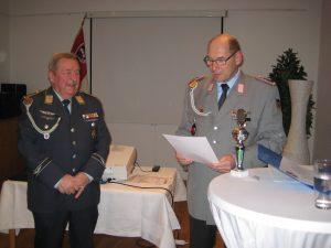 Kreisvorsitzender A. Höll (rechts) übergibt Feldatals RK-Vorsitzendem Gelhar die Urkunden vom Kreispokalschießen