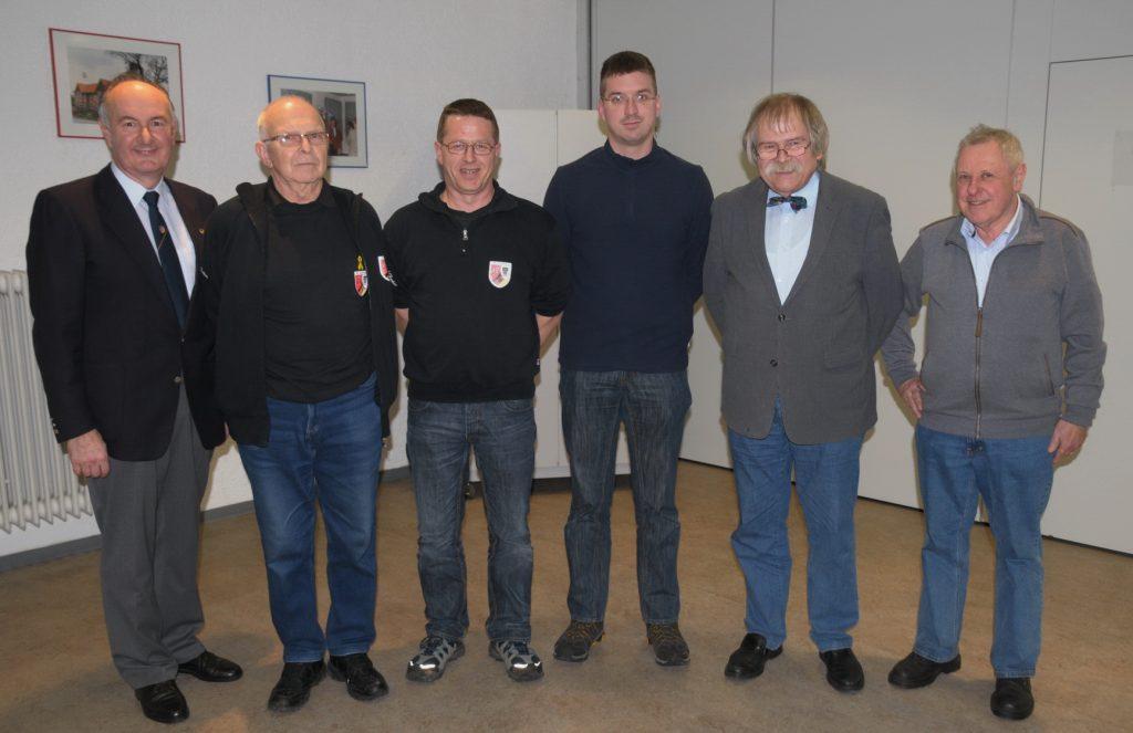 K-Alsfeld-Vorstand  Der wieder komplette Vorstand mit Helmut Mayer, Werner Diebel, Rudi Friedrich, Timo Schneider und Manfred Binder sowie dem stellvertretenden Kreisvorsitzenden Gernot Schobert, der die Verpflichtung vornahm. (von links).