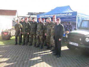 Ein Teil der am Markt beteiligten Gießener Reservisten.