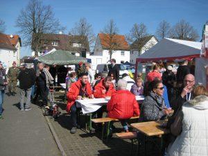 Viele Marktbesucher genossen die Gastfreundschaft der RK Gießen.