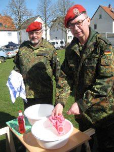 Auch das gehörte dazu: Hauptgefreiter d. R. Klaus Weber (links) und Obergefreiter d. R. Marko Friedrich spülten die Löffel für den Eintopf.