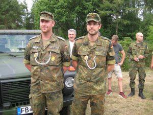 Sie bekamen zum wiederholten Mal Schützenschnüre in Gold. Links Patrick Stein, rechts Christian Gerndt.
