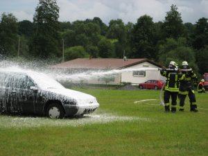 Löscheinsatz der Feuerwehr mit Schaum
