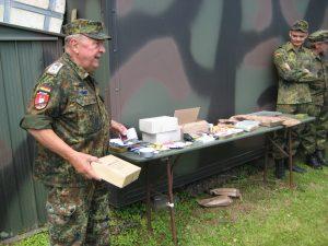 RK-Vorsitzender Gelhaar stellte die Einsatzverpflegung der Soldaten aus Deutschland, Frankreich und den USA vor