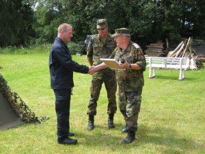 RK-Vorsitzender Gelhar und Hilmar Wolf dankten Gemeindebrandinspektor Rüdiger Klaus (links) für die gute Zusammenarbeit