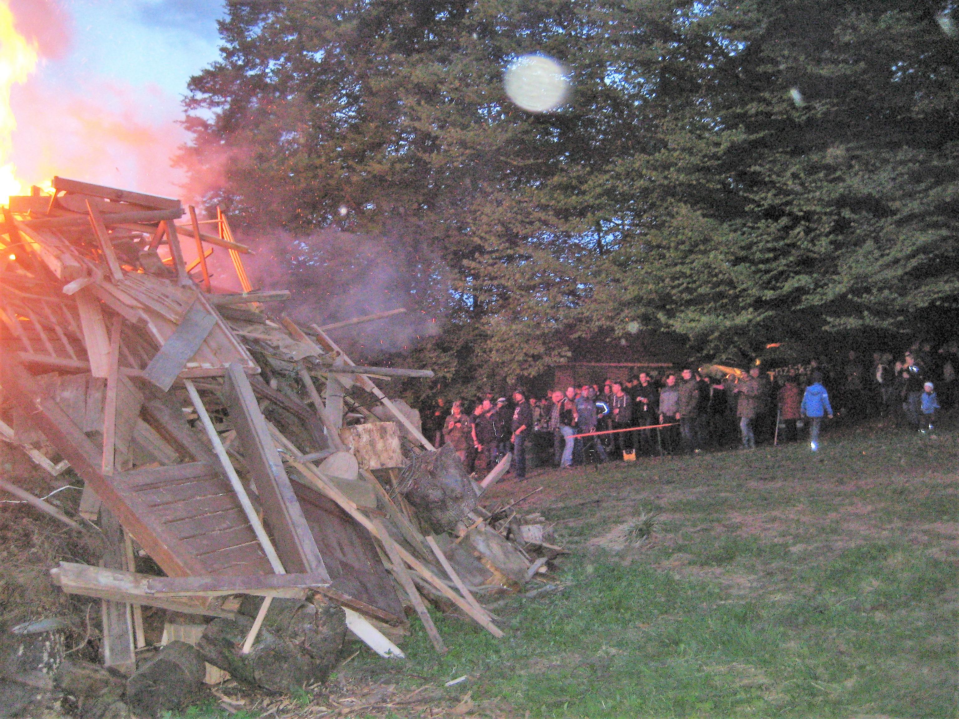 Der brennende Holzstoß sorgte für Wärme.