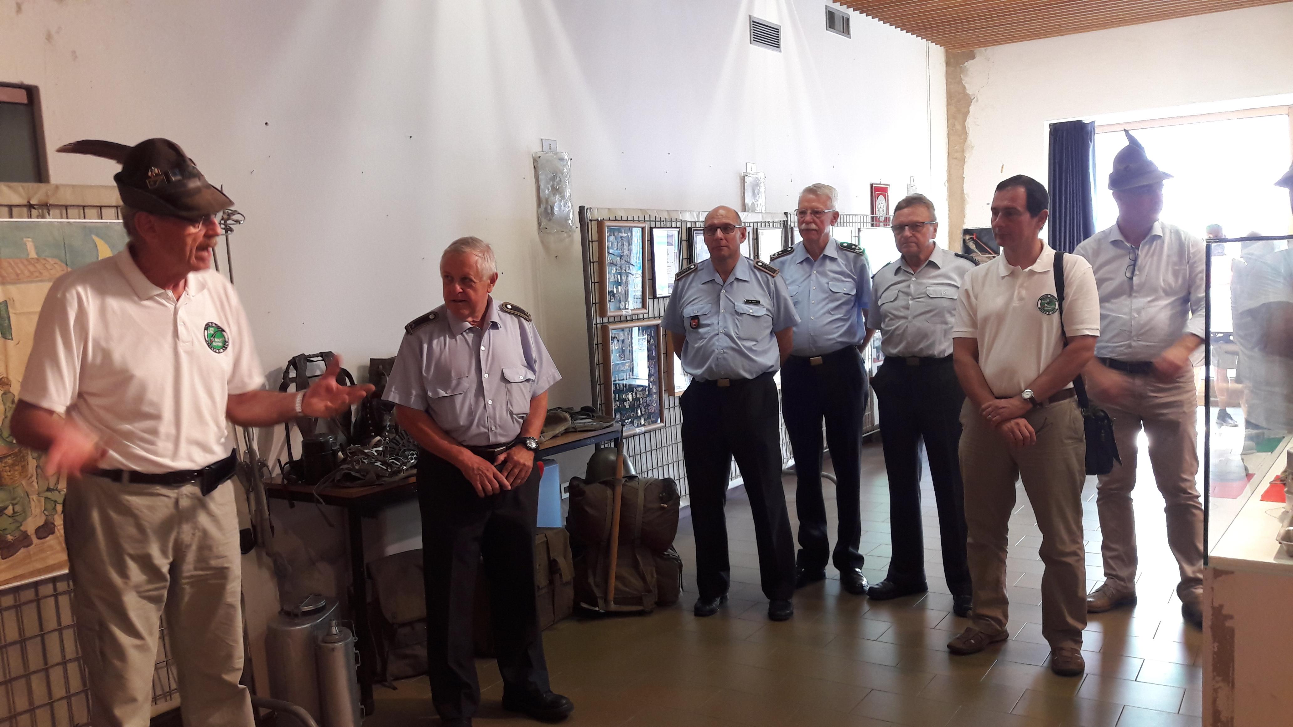 Carlo Zanoni (links) erläuterte seinen Gästen die Ausstellung.
