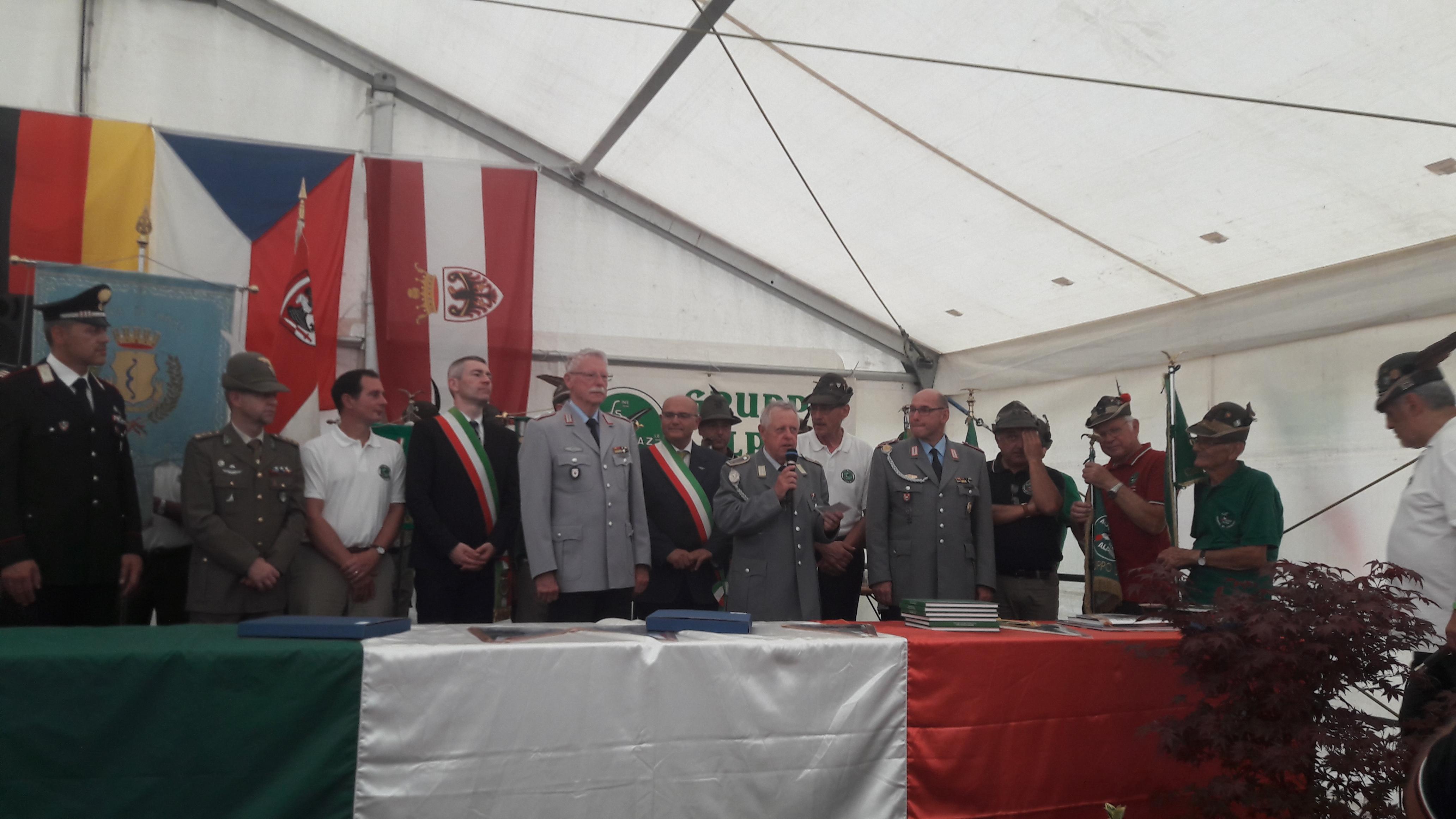 Die Offiziellen bei der 90-Jahr-Feier der Alpini und der Zehn-Jahr-Feier der Verschwisterung, Josef Spanik (Dritter von links), Bürgermeister Alessandro Betta (Vierter von links), Hans Peter Hess (Fünfter von links), Gernot Schobert (Sechster von rechts), Achim Höll (Vierter von rechts), Carlo Zanoni (Fünfter von rechts).
