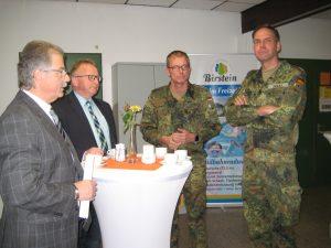 """Die Bürgermeister Gottlieb und Schäfer (von links) informierten sich bei Hauptmann Würz und Oberst Zierold über die DSK und die """"Gelbe Schleife""""."""