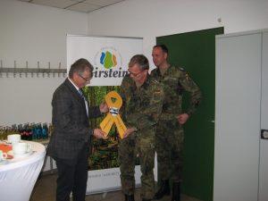 """Bürgermeister Gottlieb bekam von den Vertretern der Division Schnelle Kräfte die """"Gelbe Schleife"""" für Birstein."""