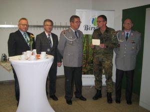 Bürgermeister Gottlieb, sein Kollege Schäfer, Dieter Schleich, Hauptmann Würz und Achim Höll bei der Übergabe der 400-Euro-Spende an den Förderverein der DSK.