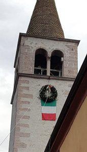 Der Kranz wird unter der Glocke angebracht