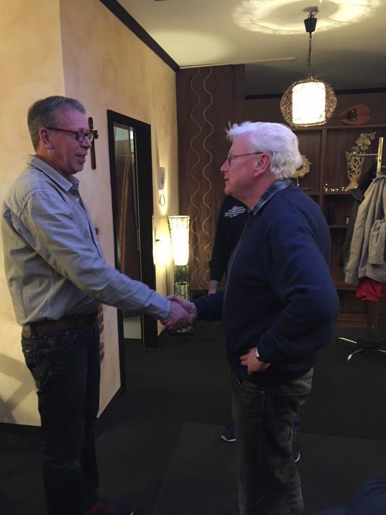 Wolf verpflichtet den neuen 1. stellvertretenden RK Vorsitzenden OG d. R. Karlheinz Koch.