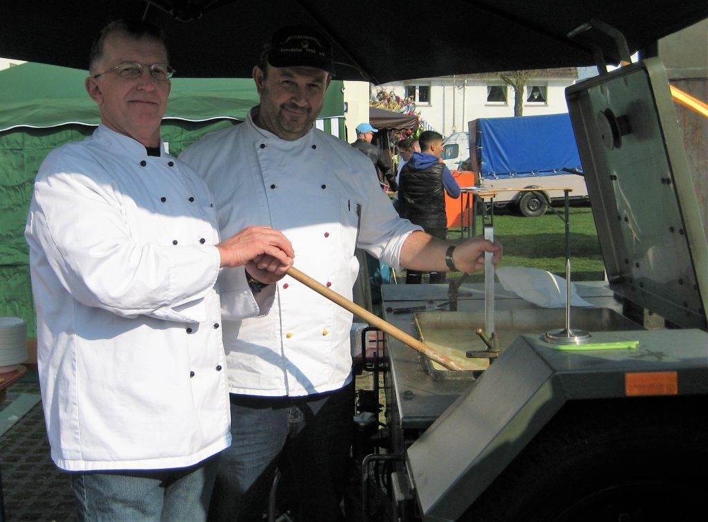 Peter Alexander und Gerhard Scheid kochten Erbseneintopf mit der Feldküche