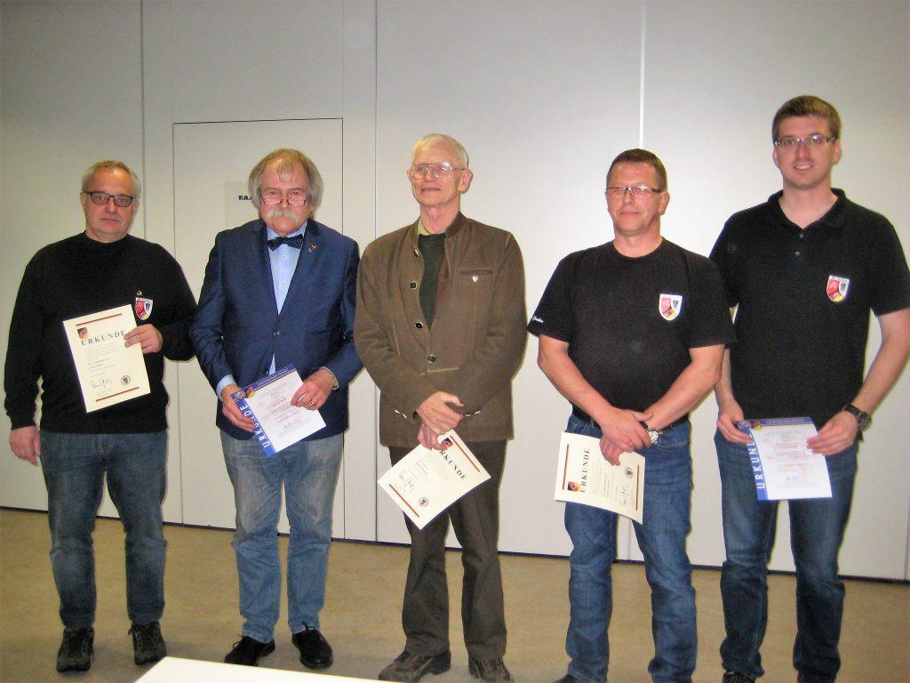 Geehrt wurden (von links) Jörg Krämer (25 Jahre Mitglied), Manfred Binder ( goldene Landesehrennadel), Adolf Tausch (50 Jahre), Rudolf Friedrich (25 Jahre) und Timo Schneider (zehn Jahre). Bilder: Gernot Schobert.