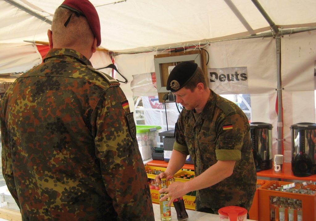 Im Zelt wurden Kaffee, Kuchen und alkoholfreie Getränken verkauft