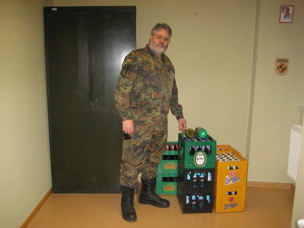RK-Vorsitzender Gefreiter d. R. Klaus Geschke im RK-Zimmer, dort waren die Getränke für die Einweihungsfeier gelagert.