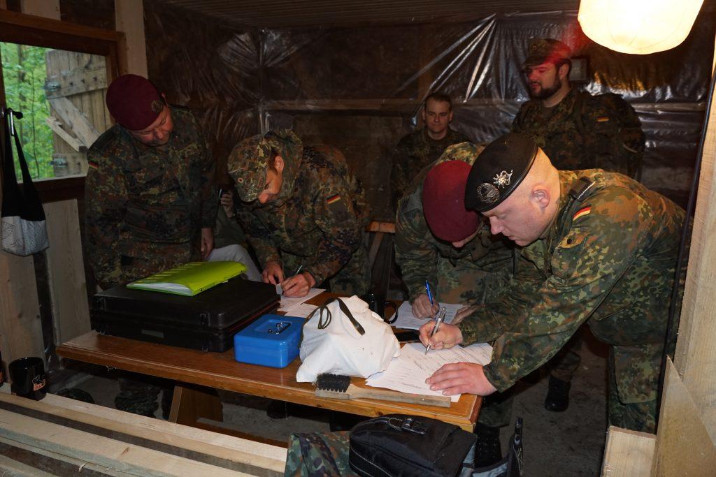 Registrierung der Teilnehmer am Meldekopf.