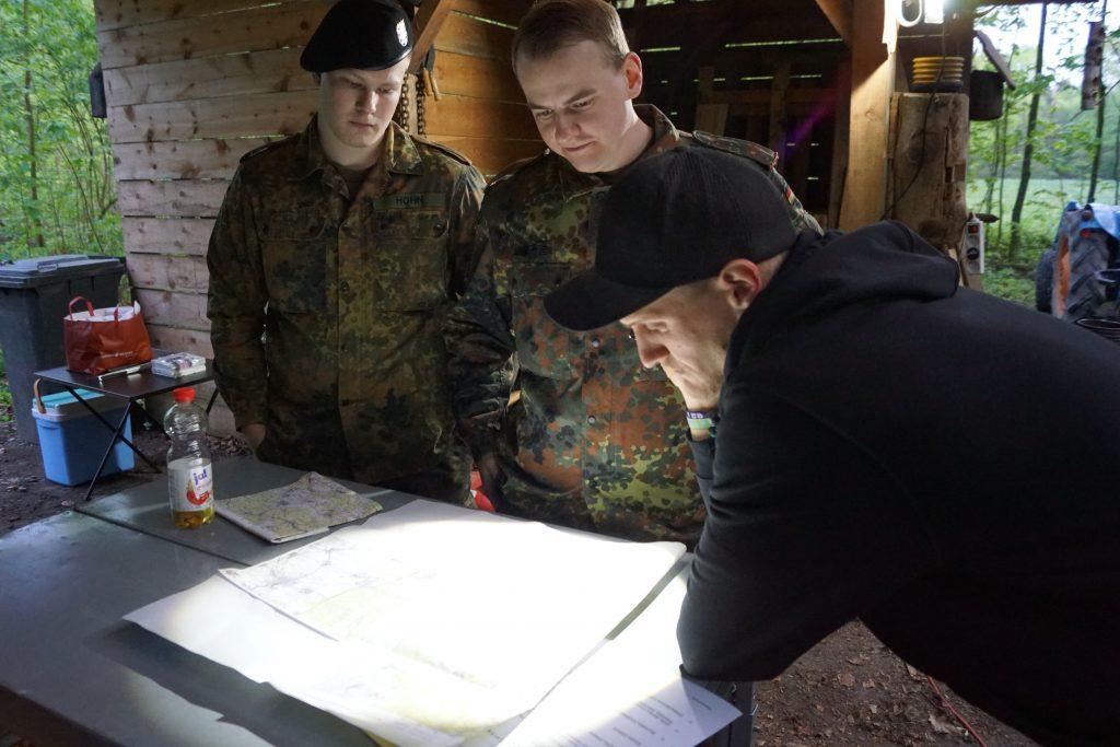 Die Mannschaft der Feuerwehr Hundstadt bei der Orientierungsaufgabe an der Karte.