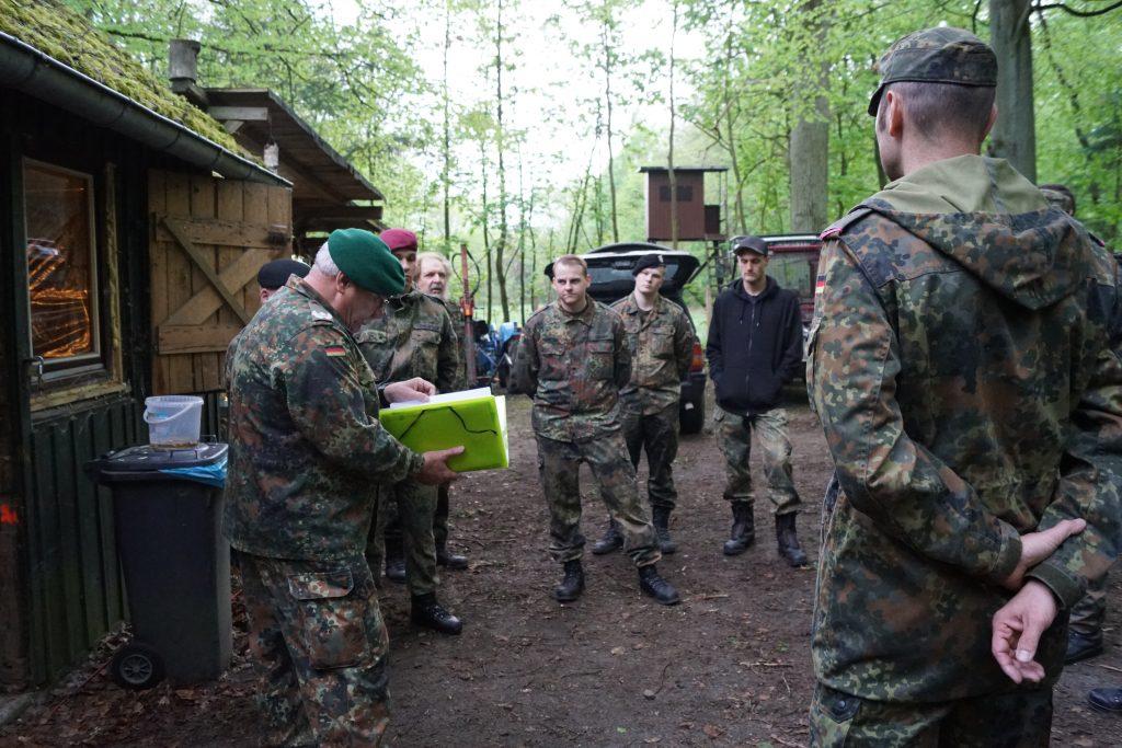 Major d. R. Friedhelm Becker (links) bei der Einweisung in die Lage.