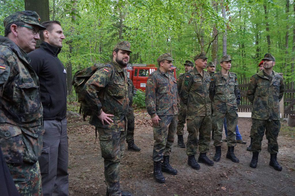 Ein Teil der angetretenen Reservisten der Übung im Wald von Rosbach